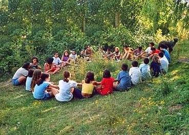 campamentos-de-verano-todos-los-ninos-jugando-en-el-bosque